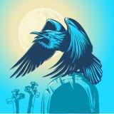 Raven se reposant sur la pierre tombale dans la perspective de la pleine lune Images libres de droits