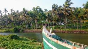 Raven sulla prua della barca, i canali idrici nella giungla Kerala, India immagini stock