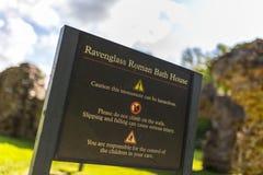 Ravenglass ρωμαϊκό λουτρών σημάδι κληρονομιάς σπιτιών αγγλικό σε Cumbria, το En Στοκ Φωτογραφίες
