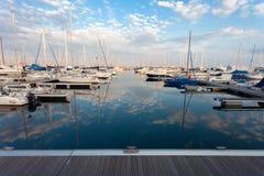 RAVENNA, ITÁLIA, O 8 DE NOVEMBRO DE 2014: barcos no porto h de Ravenna Imagens de Stock