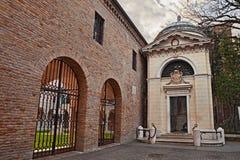 Ravenna, Itália: túmulo de Dante Alighieri, do poeta italiano e do wr fotografia de stock royalty free