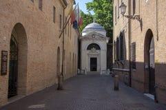 Ravenna/ITALIA - 20 giugno 2018: Tomba di Dante Alighieri nascosta sull'estremit? della via italiana stretta immagini stock