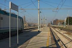 RAVENNA ITALIEN: JANUARI 01, 2017-Train på den järnväg plattformen på den soliga dagen för vinter Royaltyfri Bild
