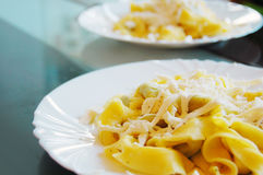 Ravioli που γεμίζουν με το σπανάκι και το ricotta, ιταλικά ζυμαρικά αυγών Στοκ Φωτογραφία