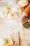 Ravioli angefüllt mit Käse und Nudelholz Lizenzfreie Stockfotos