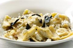Ravioli avec du beurre et le fromage sages brûlés Photographie stock libre de droits