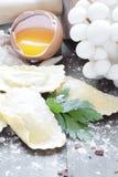 Ravioli caseiro com shimeji dos cogumelos e as ervas frescas Fotos de Stock Royalty Free