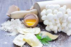 Ravioli caseiro com shimeji dos cogumelos e as ervas frescas Imagens de Stock