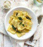 Ravioli com a manteiga prudente polvilhada com o queijo do padano do grana foto de stock royalty free