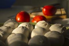 Ravioli com o tomate no fundo da madeira Imagens de Stock Royalty Free