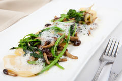 Ravioli com Parmesão, cogumelo e brócolis imagem de stock royalty free