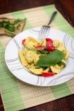 Ravioli com tomates e manjericão imagens de stock royalty free