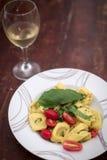 Ravioli com tomates e manjericão foto de stock royalty free