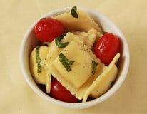 Ravioli con il pomodoro ed il basilico Fotografie Stock Libere da Diritti