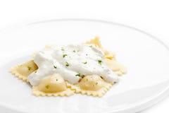 Ravioli con la salsa di formaggio fotografia stock libera da diritti