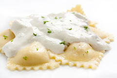 Ravioli con la salsa di formaggio fotografie stock