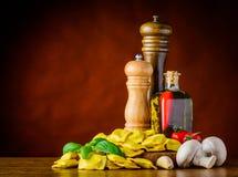 Ravioli con le spezie e condimento dell'alimento con lo spazio della copia Immagine Stock Libera da Diritti