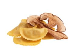 Ravioli crus d'isolement - pâtes italiennes images stock