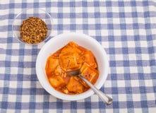 Ravioli dans la cuvette avec des flocons de poivron rouge Images libres de droits