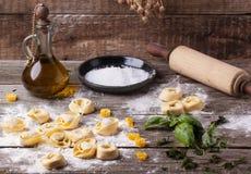 Ravioli de pâtes sur la farine photos stock
