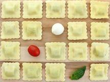 Ravioli della scacchiera con il pomodoro, il bocconcini ed il basilico Fotografie Stock Libere da Diritti