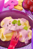 Ravioli doux avec du yaourt de myrtille Photographie stock libre de droits