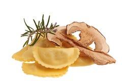 Ravioli e cogumelos crus imagens de stock royalty free