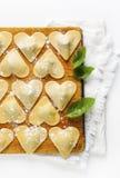 Ravioli in een hartvorm scherpe raad met een groep ruwe fres Royalty-vrije Stock Afbeeldingen