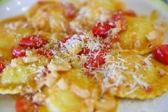 Ravioli et tomates-cerises délicieux Photo stock