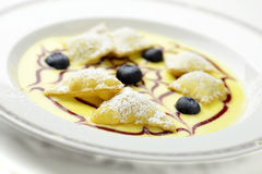 Ravioli för efterrättfrukt på engelsk vaniljsås Royaltyfri Bild