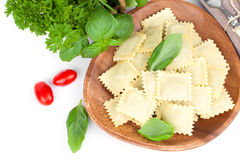 Ravioli faits maison de pâtes avec le basilic frais Images libres de droits