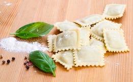Ravioli faits maison de pâtes avec le basilic frais Photographie stock