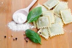 Ravioli faits maison de pâtes avec le basilic frais, Image stock