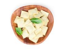 Ravioli faits maison de pâtes avec le basilic frais Image stock