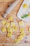 Ravioli im Mehl Stockfoto