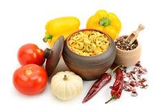 Ravioli im Topf Gemüse und Gewürzen Lizenzfreies Stockfoto