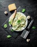 Ravioli italiani con i funghi e le foglie degli spinaci fotografia stock