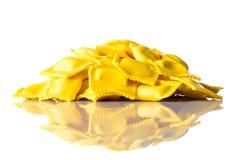 Ravioli italiani gialli isolati su fondo bianco Immagine Stock