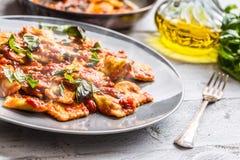 Ravioli italiani o mediterranei della pasta dell'alimento di salsa al pomodoro fotografie stock libere da diritti