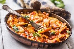 Ravioli italiani o mediterranei della pasta dell'alimento di salsa al pomodoro Fotografia Stock