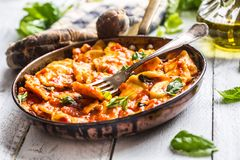 Ravioli italiens ou méditerranéens de pâtes de nourriture de la sauce tomate Photographie stock libre de droits