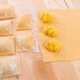 Ravioli med kryddig butternutpumpafyllning Arkivfoton