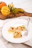 Ravioli med kryddig butternutpumpafyllning Arkivbild