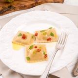 Ravioli med kryddig butternutpumpafyllning Arkivbilder