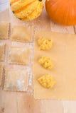 Ravioli med kryddig butternutpumpafyllning Royaltyfri Fotografi