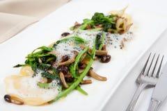 Ravioli med parmesan, champinjonen och broccoli Royaltyfri Bild