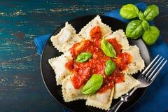Ravioli med tomatsås och basilika arkivfoto