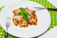 Ravioli met bolognese saus die met parmezaanse kaaskaas wordt bestrooid Stock Afbeelding