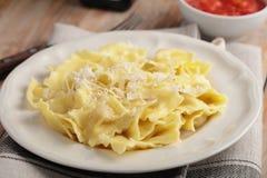 Ravioli met Parmezaanse kaaskaas en tomatensaus Stock Fotografie