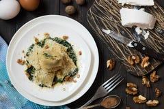 Ravioli met spinazie, ricotta en notemuskaat stock afbeelding